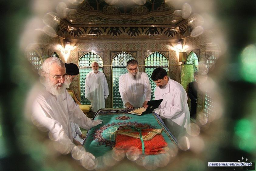 همزمان با عید بزرگ مبعث و در آستانه ماه شعبان و با حضور حضرت آیة الله العظمی هاشمی شاهرودی(مدظله) مضجع منور رضوی غبارروبی شد